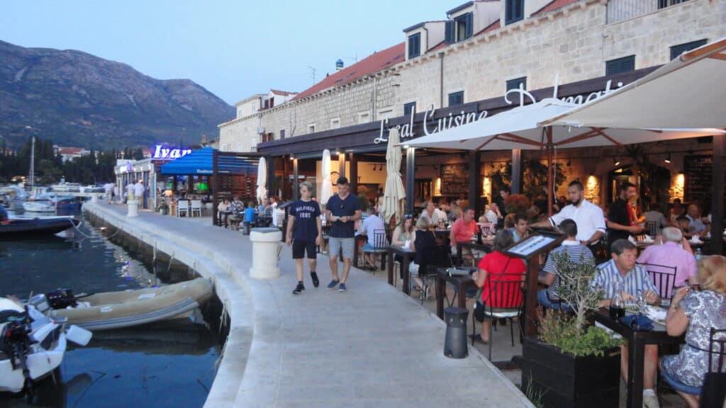 Stort udbud af restauranter i en af de små bugter i Cavtat centrum tæt på busstationen