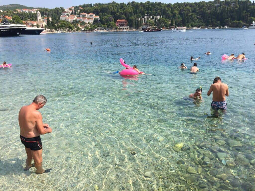 Strand i Cavtat ved siden af Church of Our Lady of the Snow