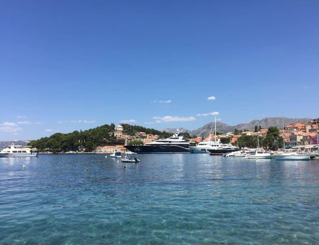 Havnen i Cavtat samt promenaden med restauranter