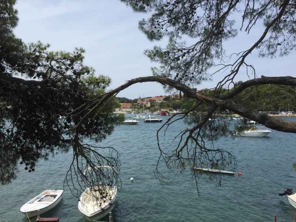 Kombinationen af hav, bjerge, smukke bygninger og den vilde natur er en fryd for øjet