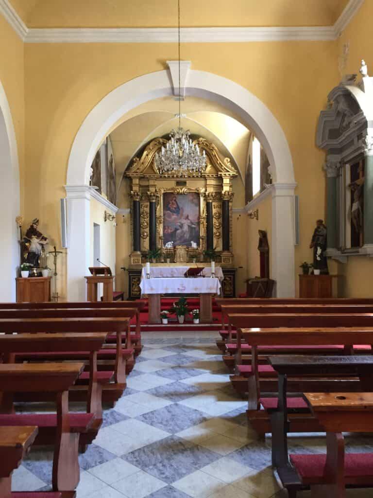 Den lille kirke St Nicholas ved promenaden i Cavtat