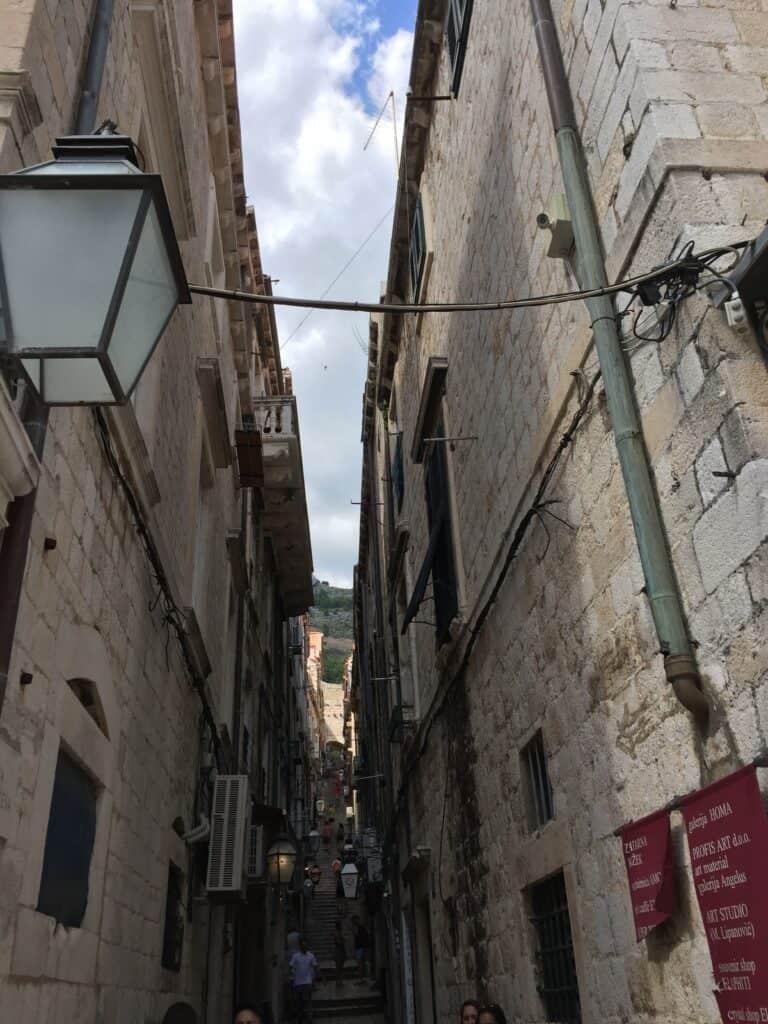 Når man spadserer ned af Stradun, som er hovedgaden i den gamle bydel, kan man få dette kig ned af sidegaderne