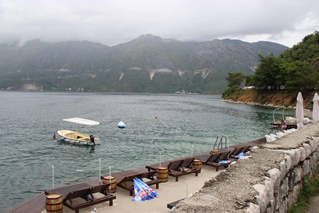 Perast i Montenegro, en lille hyggelig turistby ved havet