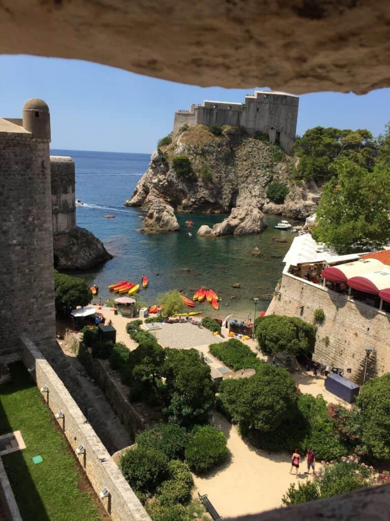 Smukt kig på havkajakker, Fort Lovrijenac mv. fra Walls of Dubrovnik