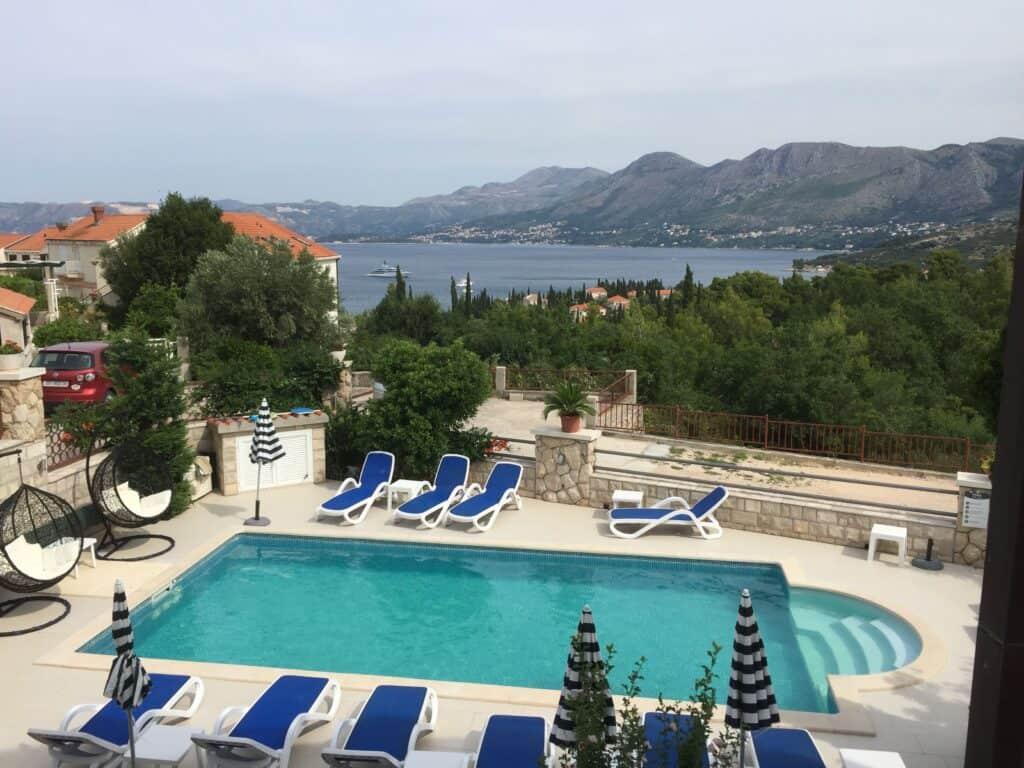 Udsigt over pool og have fra Villa Markoc