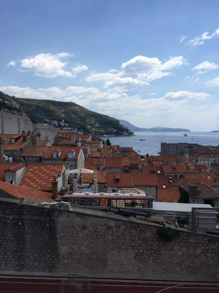 De røde tage i den gamle bydel i Dubrovnik