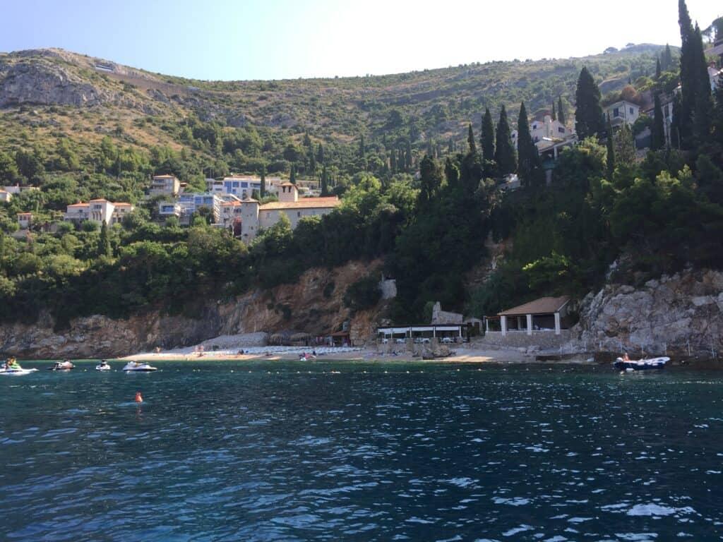 Fin lille strand mellem Cavtat og Dubrovnik