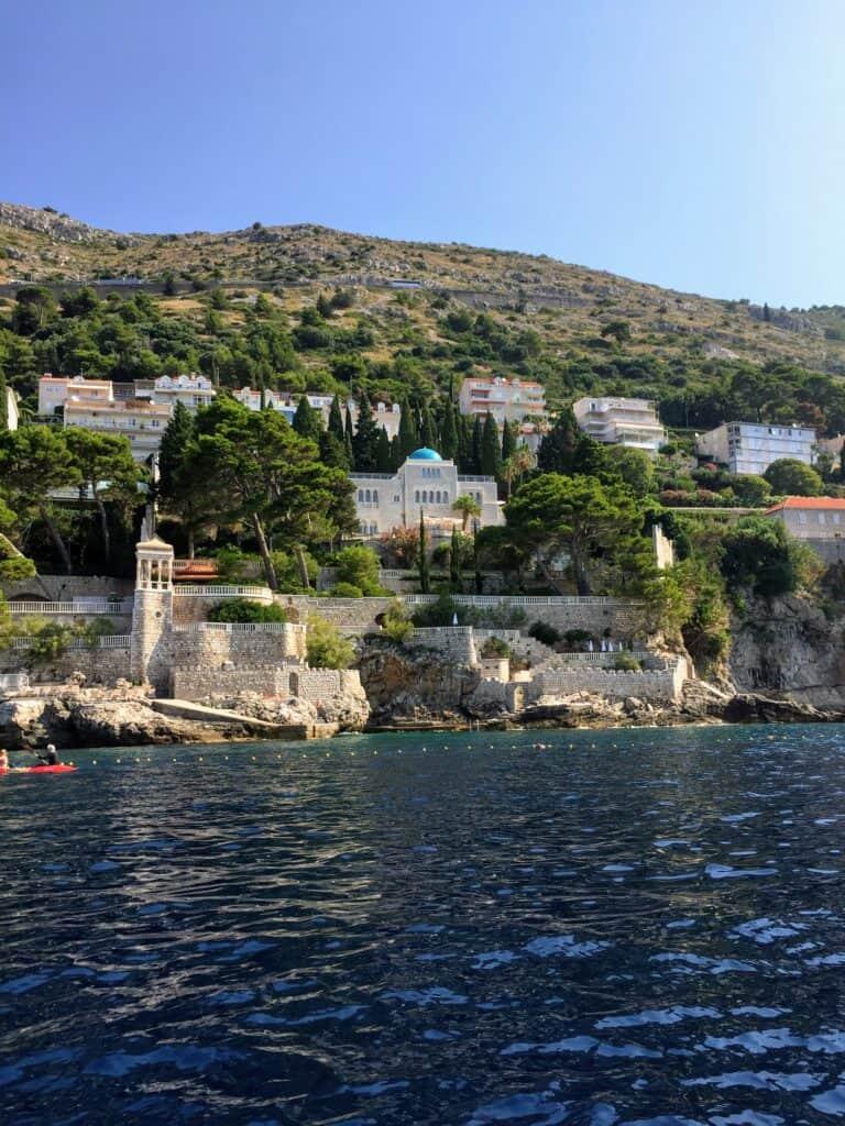 Hav og smukke bygninger ved Dubrovnik